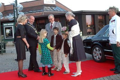 Billede af dronning og prinser, der ankommer til koncerthuset