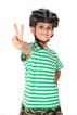 Glad dreng med cykelhjelm