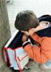 Dreng der kigger i sin skoletaske.