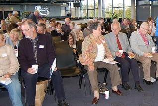Deltagerne på Frivillighedens Dag 2008 tager plads foran scenen