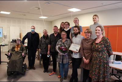 Formanden for Odense Handicapråd, Birthe Malling, og rådmand på ældre- og handicapområdet, Søren Windell uddelte en handicappris til HF og VUC Fyn for deres nye autismelinje.