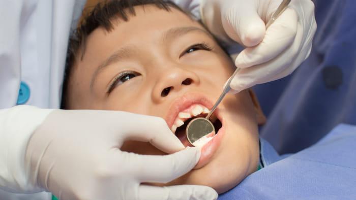 Billed af dreng der får tjekket sine tænder hos tandplejen.