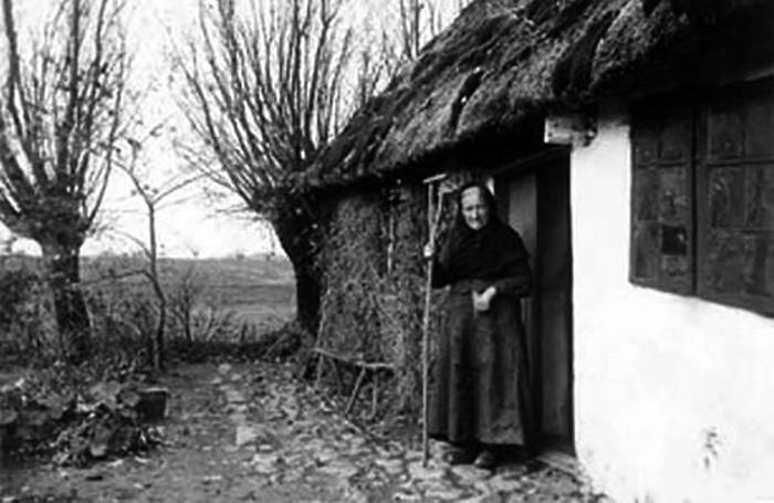 Marie Kolding foran sit hus