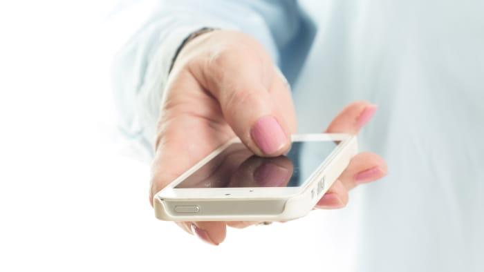 Person der holder en smartphone