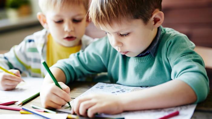 børn der tegner