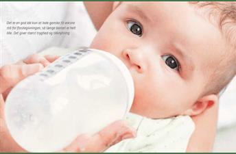 Billede af baby der får sutteflaske