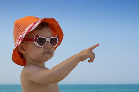 Billede af baby med solhat og solbriller