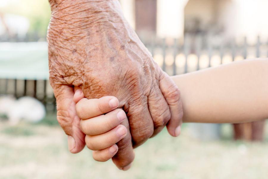 Pårørende holder i hånd